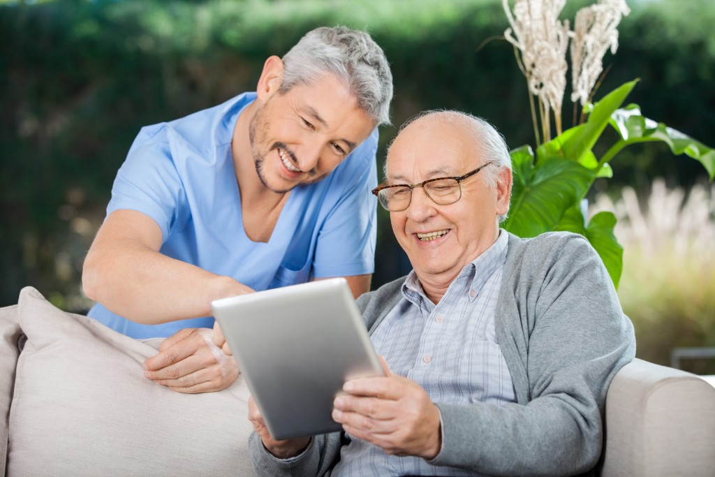 Teaching Your Elderly Parents To Use Technology
